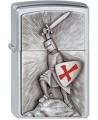 Klasický pochrómovaný Zippo zapaľovač s emblémom križiaka. Templársky rytier v ruke drží meč a bráni sa štítom s červeným templárskym krížom. Zapaľovač je vyrobený v USA a vzťahuje sa naň doživotná záruka na funkčnosť.