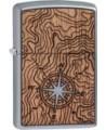 Ak niekto povie, že kov a drevo spolu neladia, tento Zippo zapaľovač toto tvrdenie vyvráti. Okrem toho je tento zapaľovač špeciálny. Ak kúpite tento zapaľovač pomôžeš chrániť a obnoviť lesy po celom svete. Za každý jeden predaný zapaľovač z tejto kolekcie spoločnosť WOODCHUCK USA a ich Buy One, Plant One® zasadia jeden strom. V každom balení je certifikát s unikátnym kódom pomocou, ktorého zistíte kde bol zasadený váš strom. Cédrové drevo sa vyznačuje tmavými a svetlými prechodmi a nakoľko je to skutočný 100% prírodný materiál každý kúsok bude mať unikátny vzor.